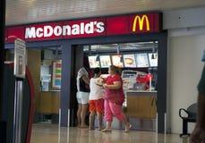 POLINESIA- 16 JUNI: de mensen kopen voedsel in McDonalds bij de luchthaven op 17 juni, 2011 in Polynesia Stock Afbeeldingen