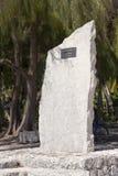 POLINESIA-, JUNI 16: En minnesvärd sten i heder av fartyglopp på ön Tikehau på juni 16, 2011 i Polynesien Royaltyfri Foto