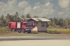 POLINESIA-, 16. JUNI: Feuerspritze auf einem Startfeld von kleiner Tropeninsel Tikehau am 16. Juni 2011 auf das Polynesien Stockfotografie