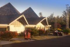 POLINESIA- 17 JUNI: kleine luchthaven op het tropische eiland Huahine op 17 juni, 2011 in Franse Polynesia Stock Afbeeldingen