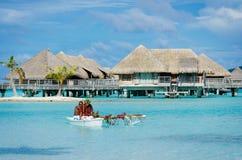 Polinezyjczyka miesiąca miodowego śniadania stylowa usługa w izbowej usługa out Zdjęcie Stock