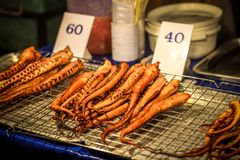 Polipo arrostito pronto da mangiare nel mercato di notte sopra Immagine Stock Libera da Diritti