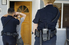 Polis Arresting Young Man Royaltyfri Fotografi