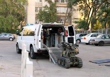 Polis- eller militärroboten för att arbeta med bombarderar Arkivbild