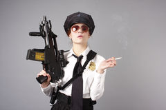 polis för kvinnligtrycksprutatjänsteman Fotografering för Bildbyråer