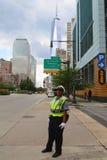 Polis för NYPD-trafikkontroll nära Freedom Tower i Manhattan Arkivfoton