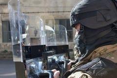 Polis i en skyddande hjälm royaltyfria foton