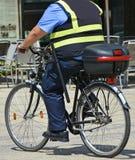Polis med cykeln Royaltyfri Bild