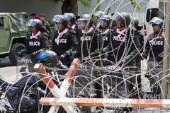 Polis- och rakknivtråd som ska skyddas mot demonstranter i bangkok royaltyfria foton