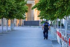 Polis på vakten i centret av Berlin, Tyskland Arkivbilder