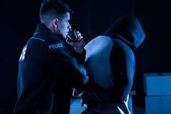 Polis som arresterar lag-säkerhetsbrytaren Fotografering för Bildbyråer