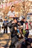 Polis som bär den roliga medborgaren i gatafestival arkivbilder