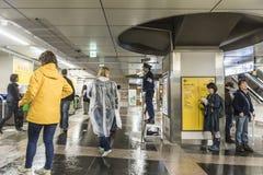 Polis som bevakar den Akihabara järnvägsstationen Tokyo Arkivbilder