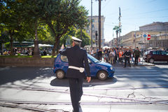 Polis som kontrollerar trafik Arkivbilder