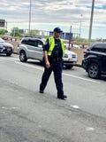 Polis som riktar trafik arkivbild