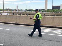 Polis som riktar trafik royaltyfri bild