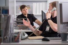 Polis som talar på telefonen Royaltyfria Bilder