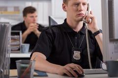 Polis under hans arbete Arkivbild