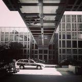 Polisbensindriven bil i futuristisk stads- inställning Arkivfoto