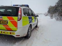 Polisbil i den insnöade Skottland Arkivfoto