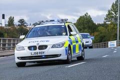 Polisbil med blått ljust exponera Royaltyfri Fotografi