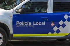 Polisbil med den inskriftPolicia lokalen på dörren Arkivfoton