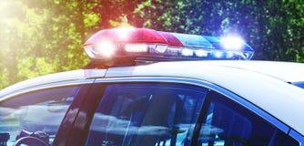 Polisbil med fokusen på sirenljus Den härliga siren tänder ac arkivbild