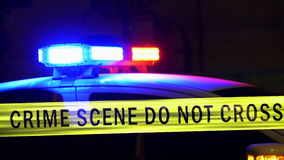 Polisbil med siren som är defocused