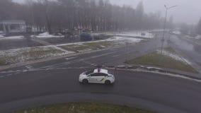 Polisbil på vägen lager videofilmer