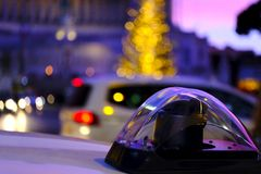 Polisbil, siren, aftonljus arkivfoto
