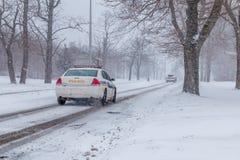 Polisbil som jagar en bil royaltyfri bild