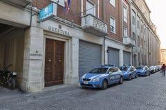 Polisbilar som parkeras nära polisstationen i Rimini, Italien Fotografering för Bildbyråer