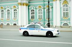 Polisbilen rider på gatorna av St Petersburg royaltyfria foton