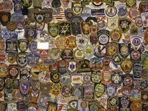 Polisemblem och lappar royaltyfria bilder