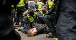 Polisen arresterar - protestmars - London Arkivfoto