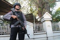 Polisen bevakar kyrkan Royaltyfria Bilder