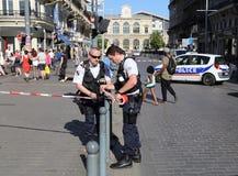 Polisen binder barrikadbandet på bombarderar hot Fotografering för Bildbyråer