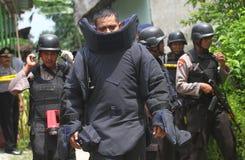 Polisen bombarderar truppen Royaltyfria Bilder