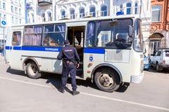 Polisen bussar för arresterade personer som protesterar under en opposition samlar royaltyfri bild
