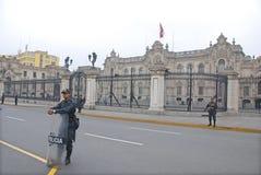 Polisen framme den regerings- slotten Fotografering för Bildbyråer