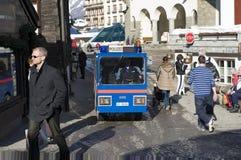 Polisen kör den elektriska polisbilen på gatan av Zermatt Arkivfoton