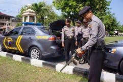 Polisen kontrollerar utrustning Fotografering för Bildbyråer