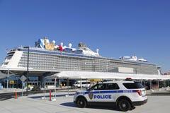 Polisen New York-new Jersey som för portmyndighet ger säkerhet för den kungliga karibiska kvanten för kryssningskepp av haven Arkivbild