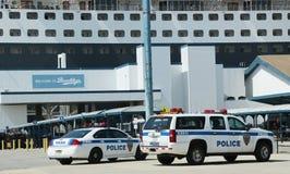 Polisen New York-new Jersey som för portmyndighet ger säkerhet för det Queen Mary 2 kryssningskeppet som anslutas på den Brooklyn  Arkivbilder