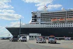 Polisen New York-new Jersey som för portmyndighet ger säkerhet för det Queen Mary 2 kryssningskeppet som anslutas på den Brooklyn  Arkivbild
