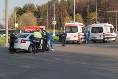Polisen och ambulans på platsen av olyckan, Moskva Royaltyfria Foton