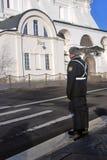 Polisen på stolpen vid ärkeänglar kyrktar i MoskvaKreml Lokal för Unesco-världsarv Royaltyfri Fotografi