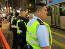 Polisen patrullerar gatan i Hong Kong Arkivfoton