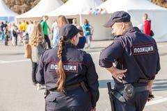Polisen patrullerar i stadfyrkanten Fotografering för Bildbyråer