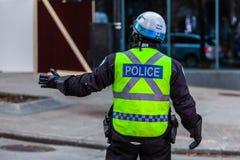 Polisen se till säkerhet på en protest royaltyfri fotografi
